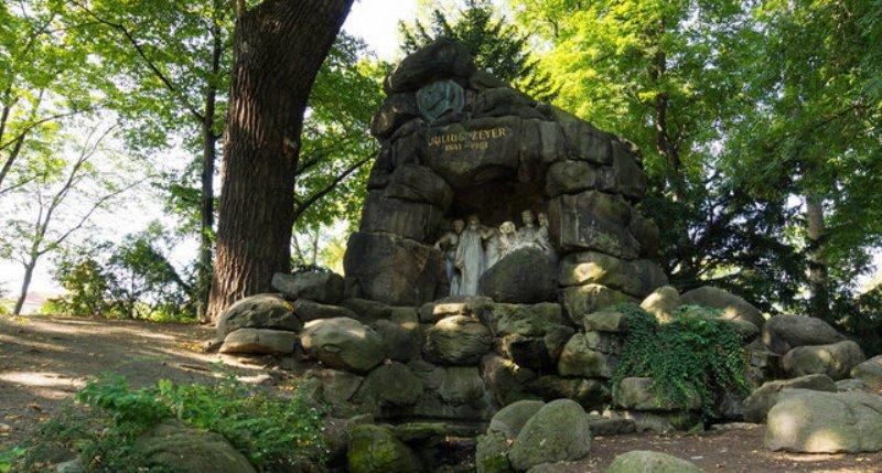 Хотковы сады, памятник чешскому поэту Юлиусу Зейеру.