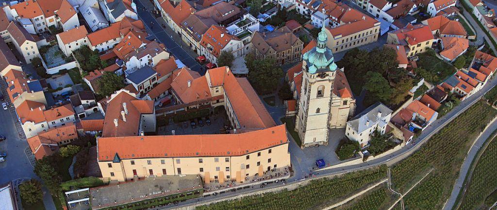 Костел Святых Петра и Павла (справа от замка Мельник).