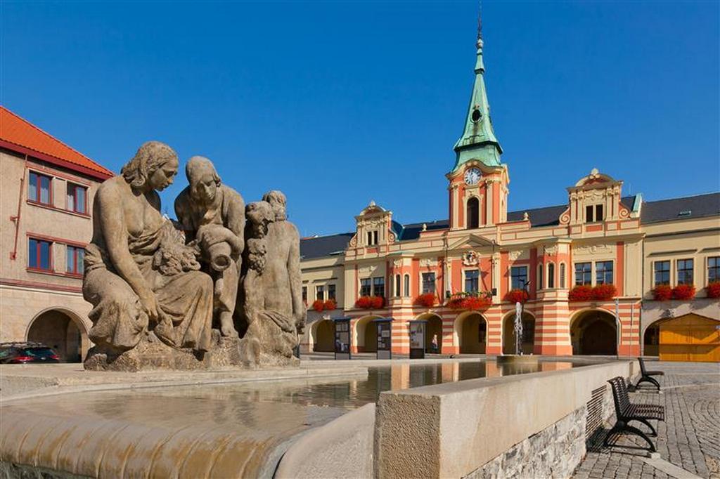 Мельницкая ратуша и фонтан на площади Мира.
