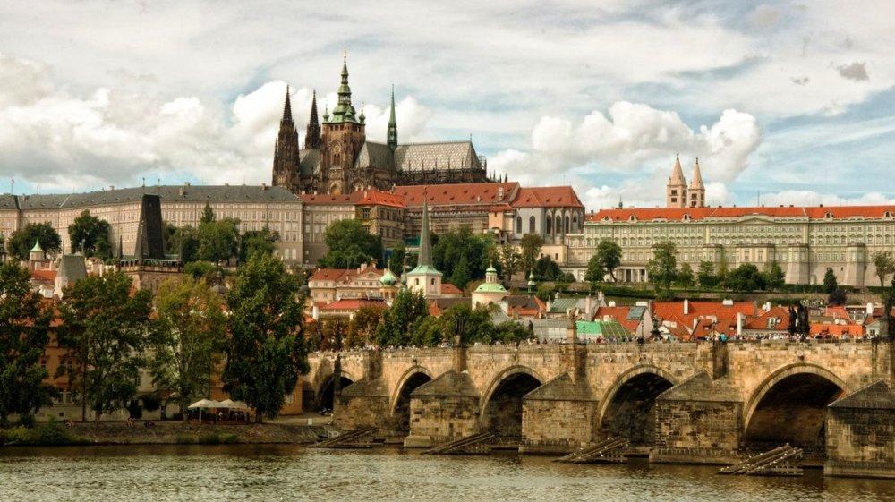 Вид на реку Влтаву, Карлов Мост и Пражский Град.