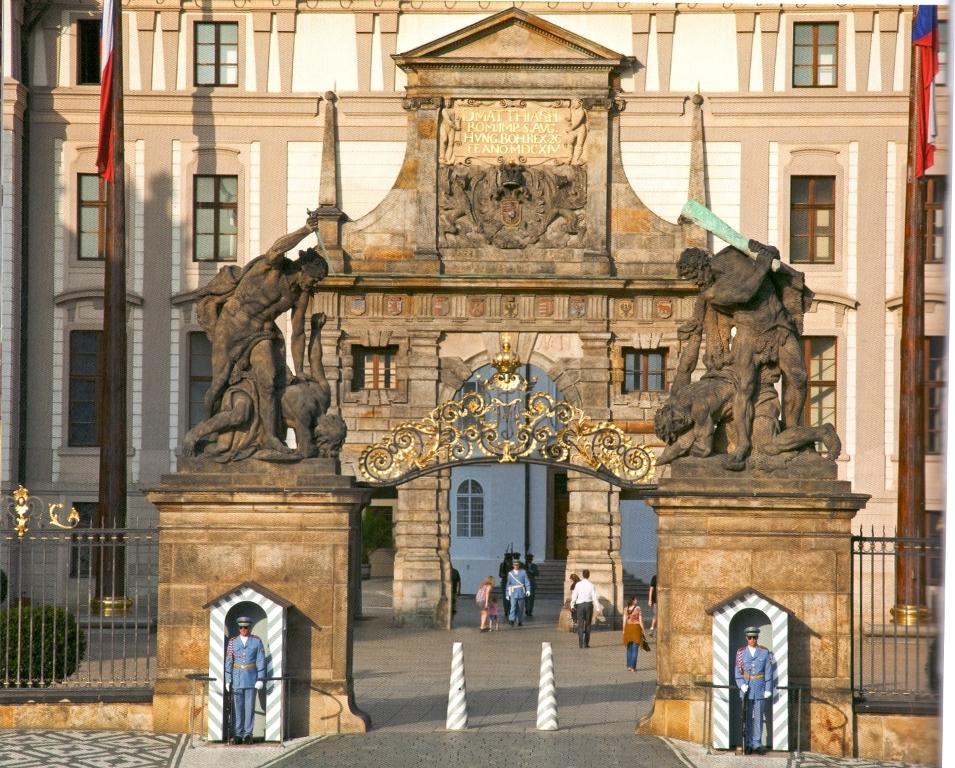 Ворота Гигантов, за ними– Первый парадный двор и Матиашовы ворота.