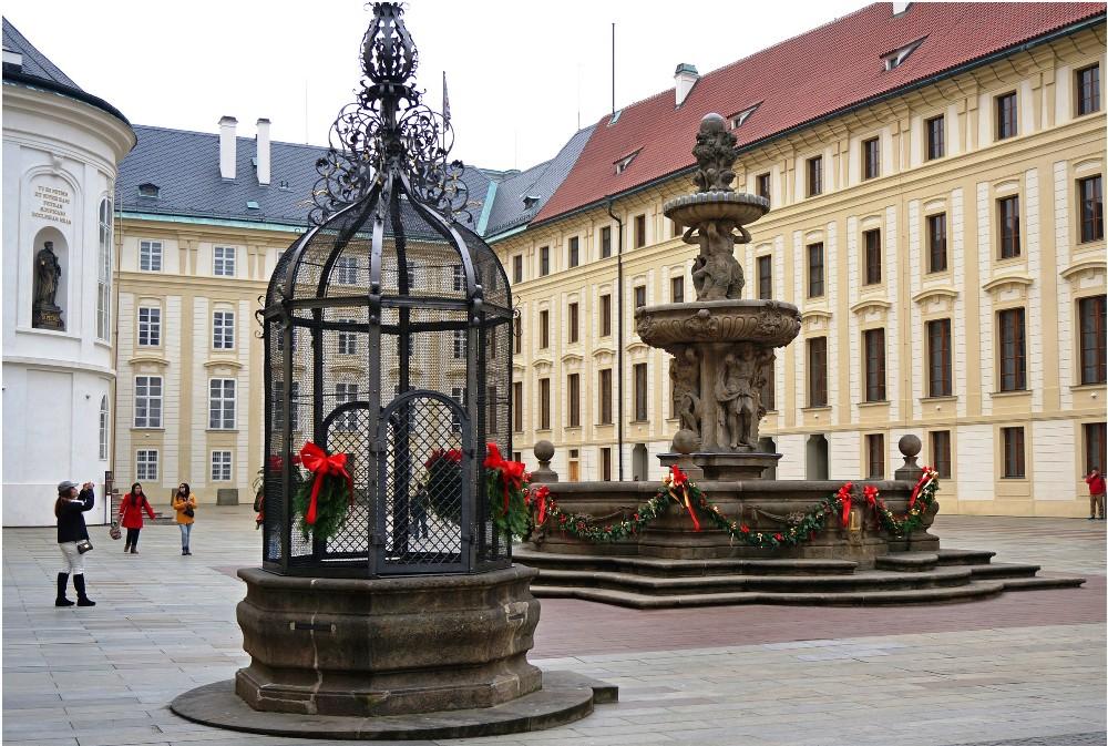Леопольдов фонтан во Втором дворе Пражского Града.