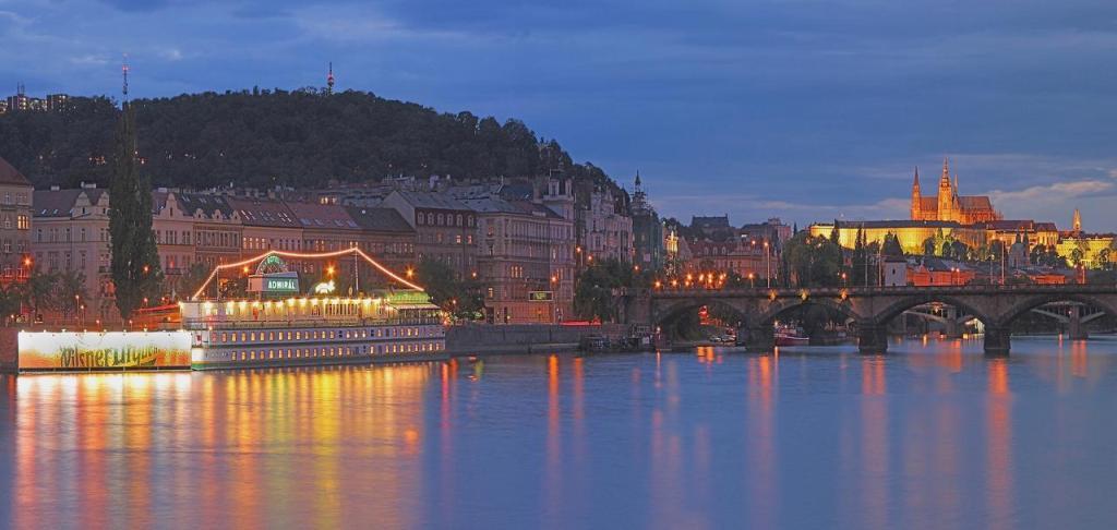 Набережная Влтавы в Праге.