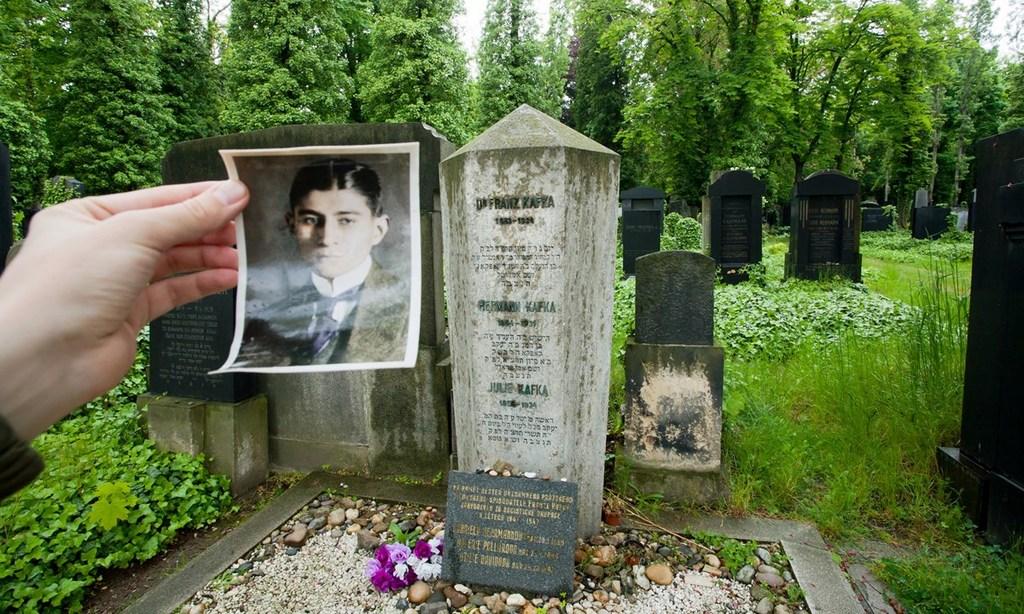 Могила Франца Кафки на Новом еврейском кладбище в Праге.