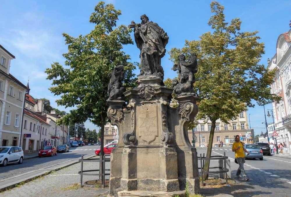 Памятник Яну Непомуцкому на площади Погоржелец в Праге.