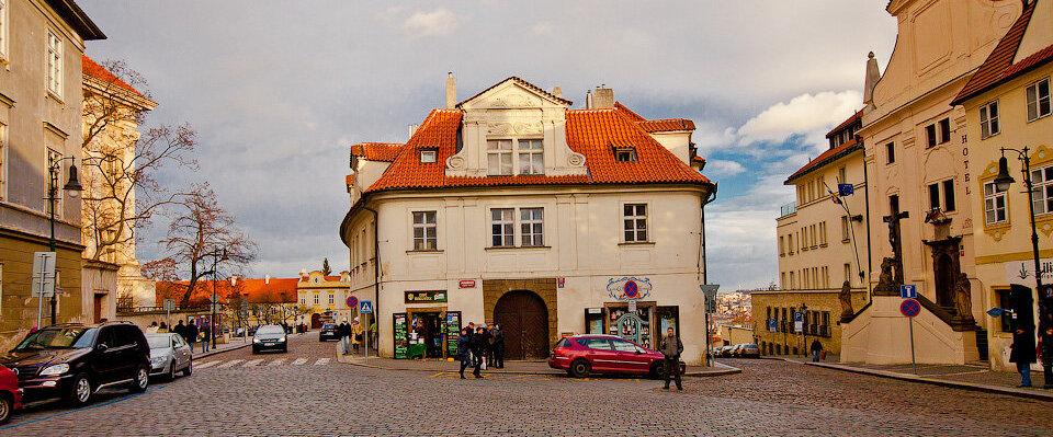 "Дом ""Широкий двор"" на площади Погоржелец в Праге."