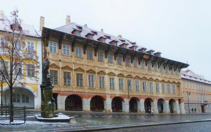 """Дом """"У золотого дерева"""" на площади Погоржелец в Праге."""