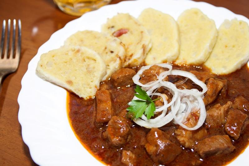 Чешская кухня- традиционное чешское блюдо - Гуляш с кнедликами.