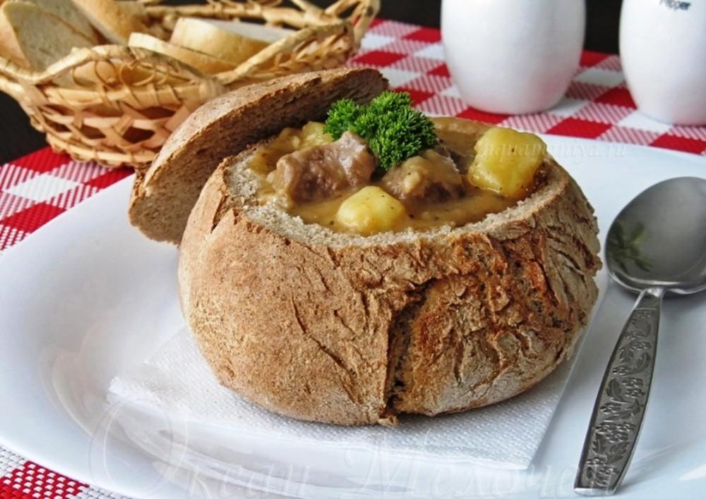 Чешский мясной гуляш в хлебе.