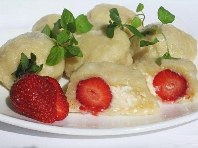 Чешская кухня - Сладкие кнедлики с клубникой.