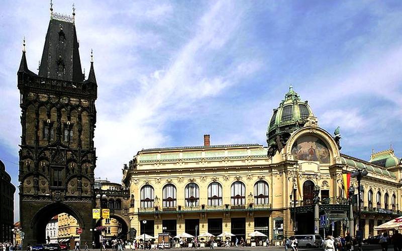 Пороховая башня (слева) и Общественный дом (справа) на площади Республики в Праге.