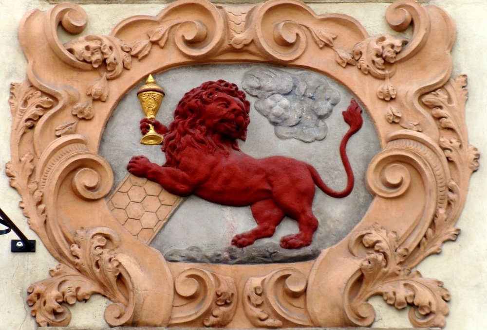 """Дом """"У красного льва"""" (домовый знак) на ул. Нерудова в Праге."""