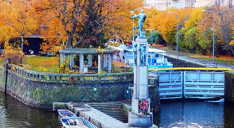 Памятник утонувшим на Влтаве (за памятником расположен Детский остров).