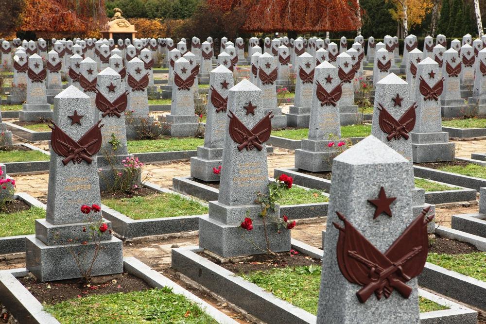 Воинское кладбище в Праге: могилы советских солдат, погибших при освобождении Праги в 1945 году.