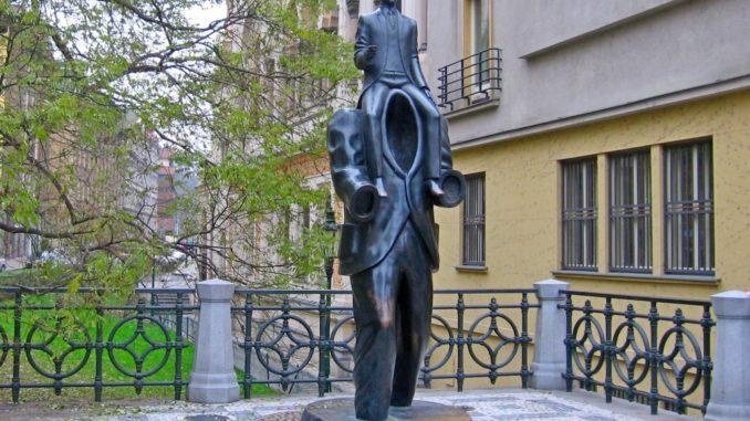 Франц Кафка - памятник в Праге.