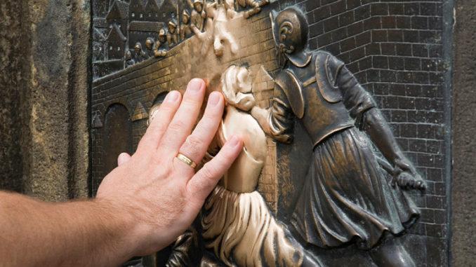 Скульптура Яна Непомуцкого на Карловом мосту: загадываем желание.